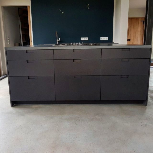 Küchenlandschaft in Valchromat mit Küchenarbeitsplatten aus Beton