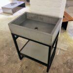 Waschtisch in Beton mit Stahlunterbau