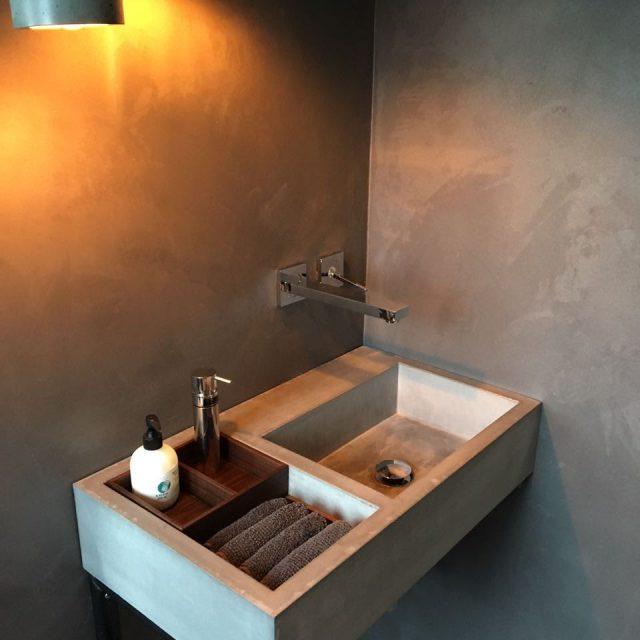 Waschbecken in Beton und Holz