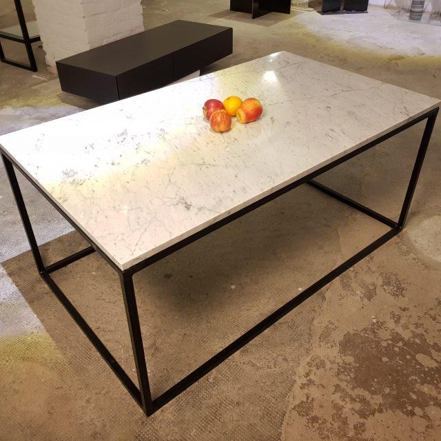 Couchtisch in Carraramarmor und Stahlgestell