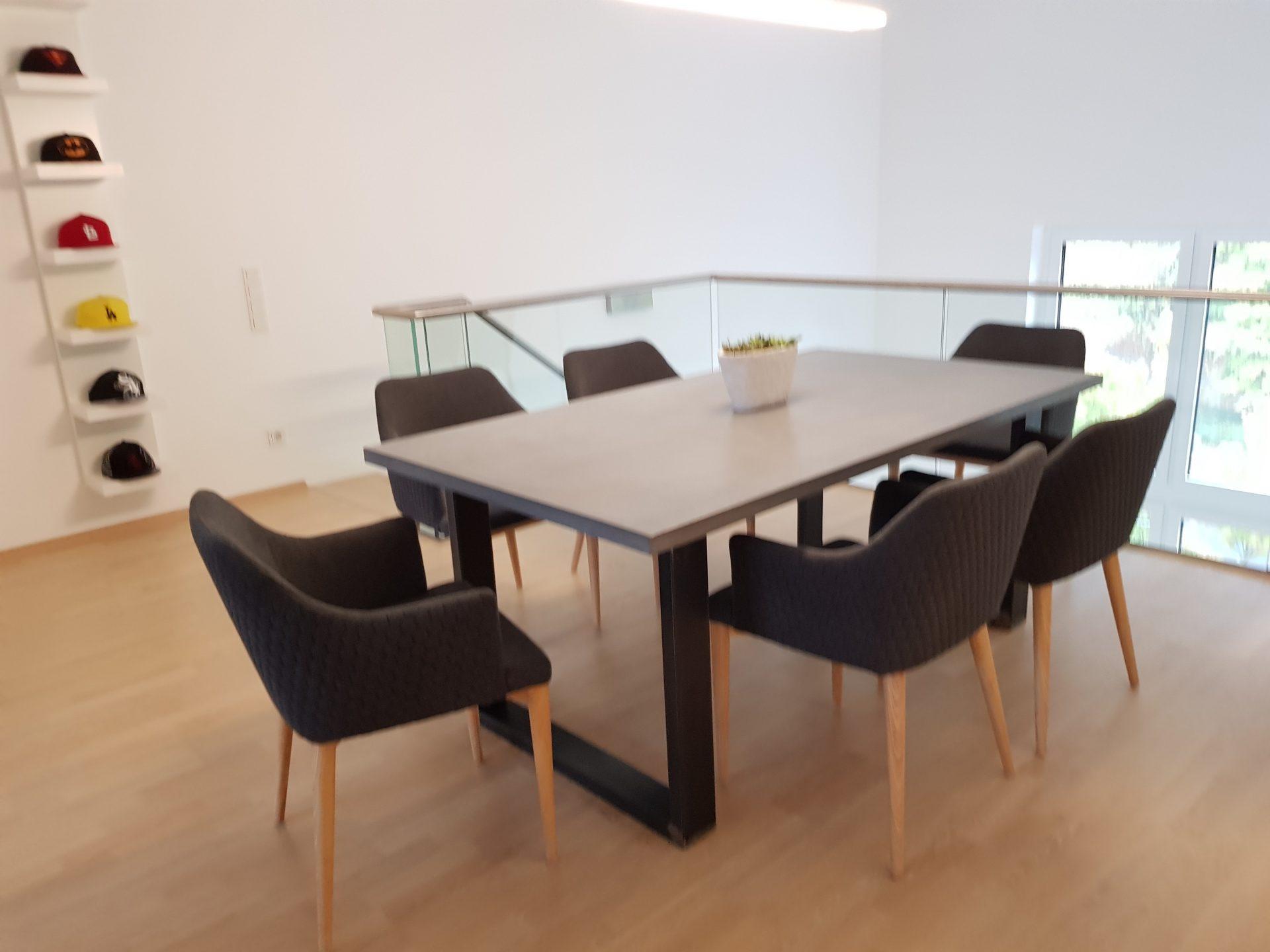 beton esstisch mit stahlbeinen b k design. Black Bedroom Furniture Sets. Home Design Ideas