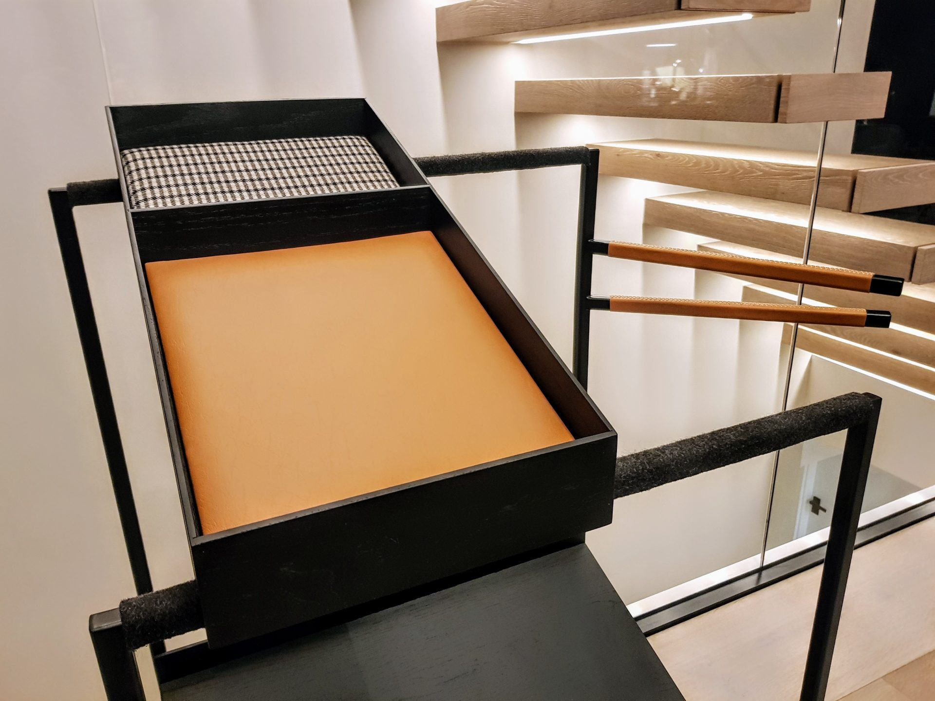 stummer diener neu interpretiert b k design. Black Bedroom Furniture Sets. Home Design Ideas