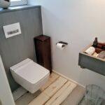 Gäste-WC in Nussbaum und Beton