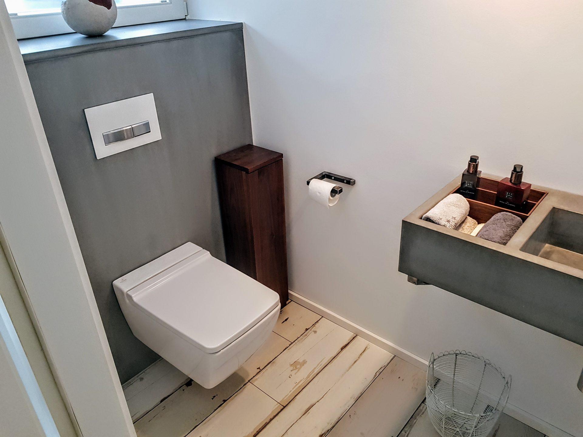 Gäste-WC in Nussbaum und Beton | B&K Design