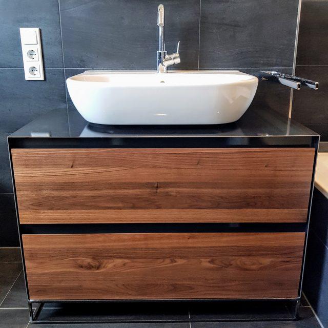 Waschtisch aus Nussholz und Stahl