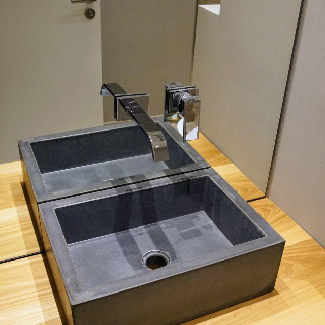 Beton-Waschtisch auf Eichenplatte