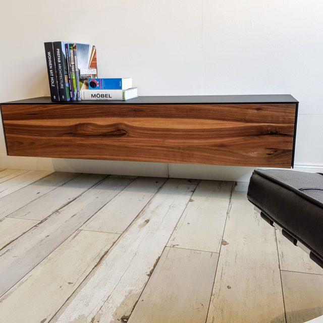 TV-Sideboard aus Nussbaum und schwarz lackiertem, satiniertem Glas