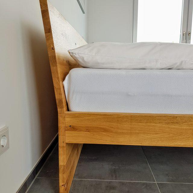 Modernes Bett aus Eiche Massivholz