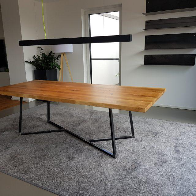 Esstisch aus Eiche Massivholz mit modernem Untergestell aus Stahl