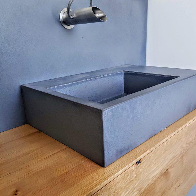 Einbau Waschtisch aus Eiche mit Rückwänden und Waschbecken aus Beton