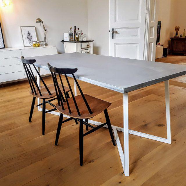 Beton Esstisch mit weiß lackiertem Untergestell aus Stahl