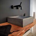 Beton Waschbecken 40×40 mit Brett aus Massivholz, auf Stahlkonsolen