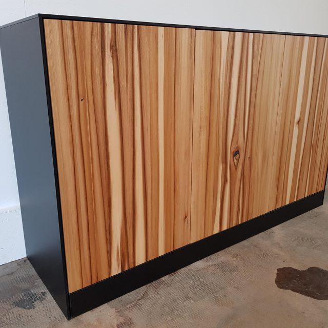 Modernes Sideboard mit Massivholz Fronten und mattschwarzen Seiten