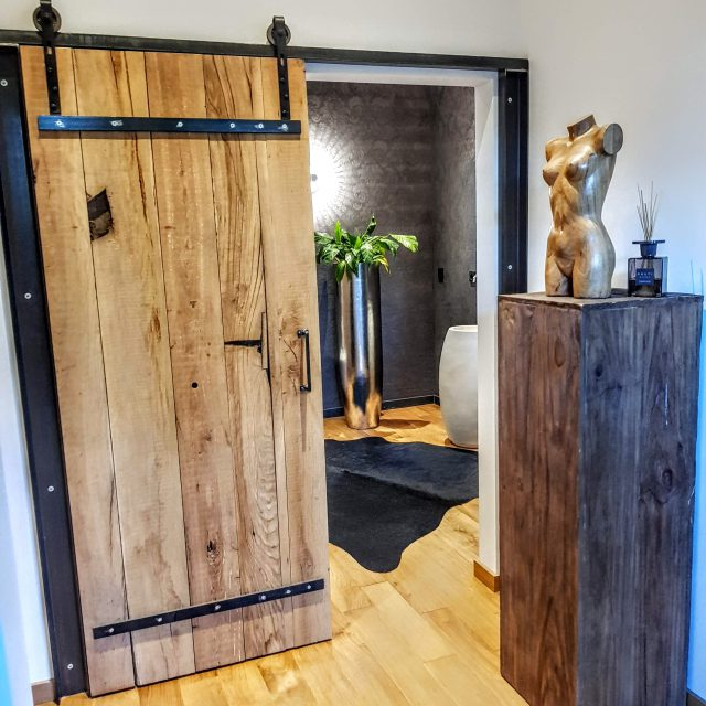 Altholz Schiebetüren + Beton Waschbecken auf Stahl Untergestell