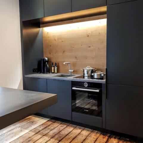 Küche in Lack, Beton und Eiche
