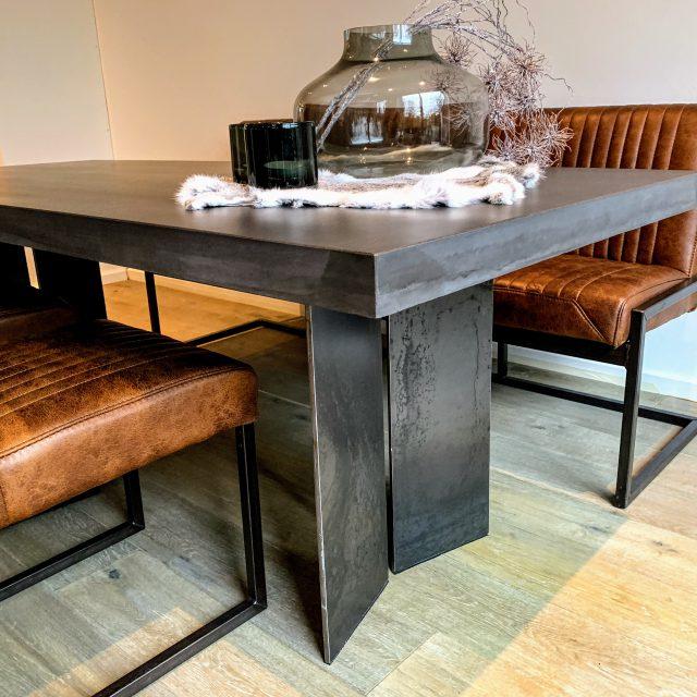 Extradicke Beton Tischplatte mit Stahl Untergestell