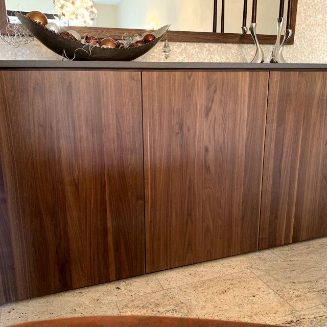 Sideboard und TV-Sideboard aus Nussbaum und Beton