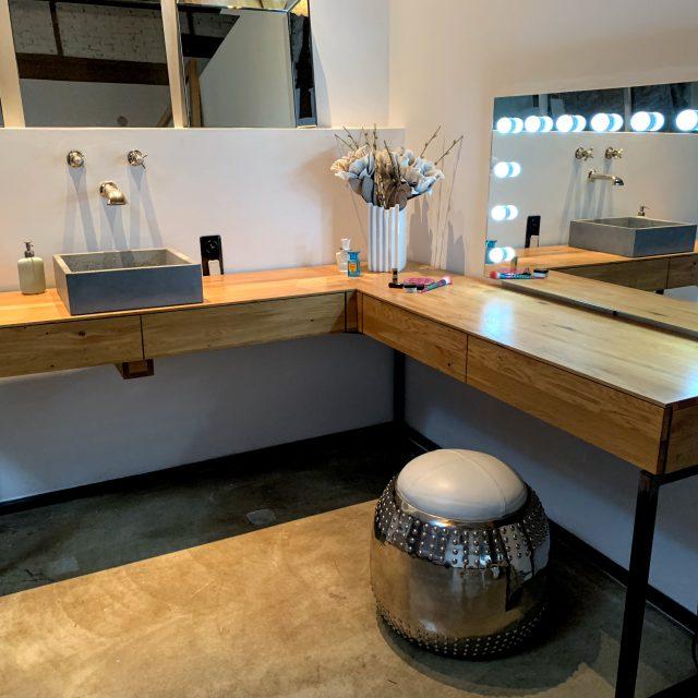 Schminktisch mit Beton Waschbecken und Eiche Schubladen auf Untergestell aus Stahl