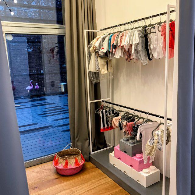 Stahl Garderobe mit Beton Sockel