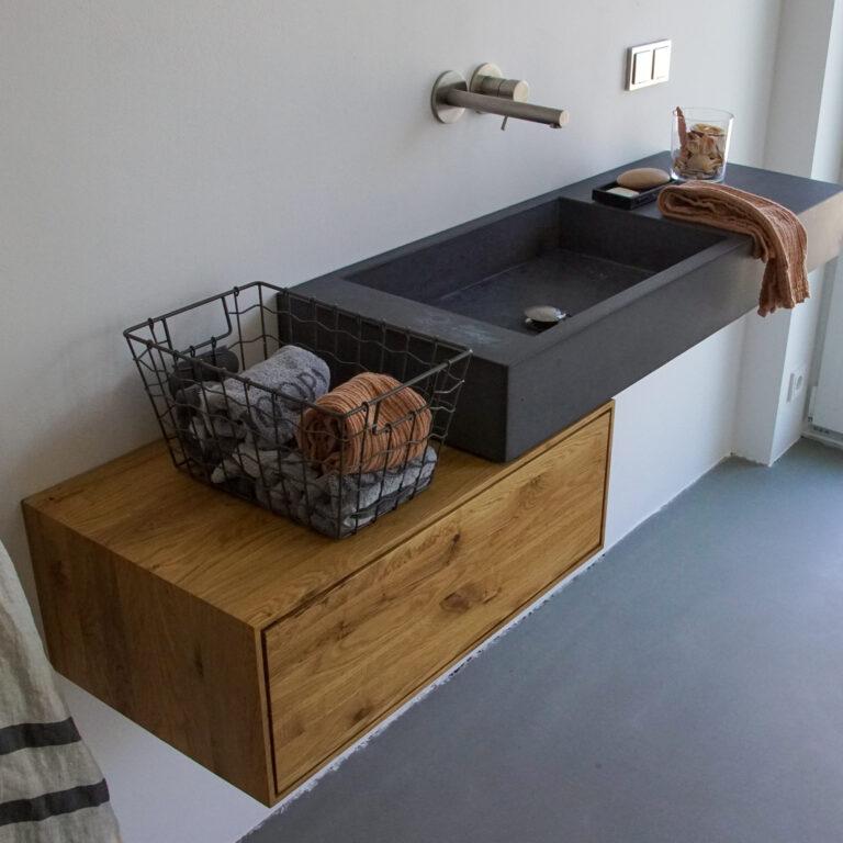 Kombination Waschbecken auf freischwebendem Waschtisch aus Eiche