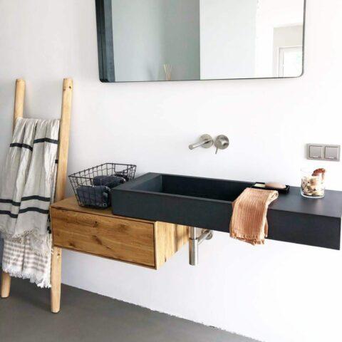 Waschbecken auf freischwebendem Waschtisch aus Eiche