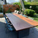 Großer Gartentisch aus Holz und Beton