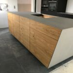 Edelstahl-Arbeitsplatte, leicht geschrägter Küchenblock mit Eichefronten