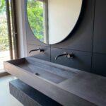 Design Wandverkleidung mit Betonwaschbecken und unsichtbarem Spiegelschrank