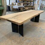 Baumscheiben-Tischplatte auf mattschwarzem Stahlgestell