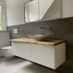 Weißer Waschtischunterschrank mit Eicheplatte