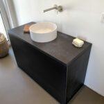 Minimalistischer Waschtischunterschrank aus massivem Beton und Mineralwerkstoff Waschbecken