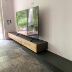 Freischwebendes Sideboard aus Holzwerkstoff mit Eichefronten und Beton-Sockel