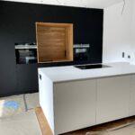 Einbauküche mit fugenloser Arbeitsplatte aus Mineralwerkstoff