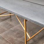 Esstisch mit Betonplatte auf Kupfergestell