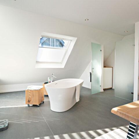 Passgenauer Einbauschrank für Badezimmer mit Dachschräge